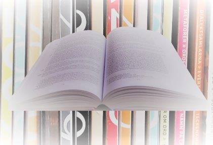 uppslagen bok bakgrund tidskrifter